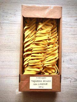 echte italienische tagliatelle mit limone verfeinert