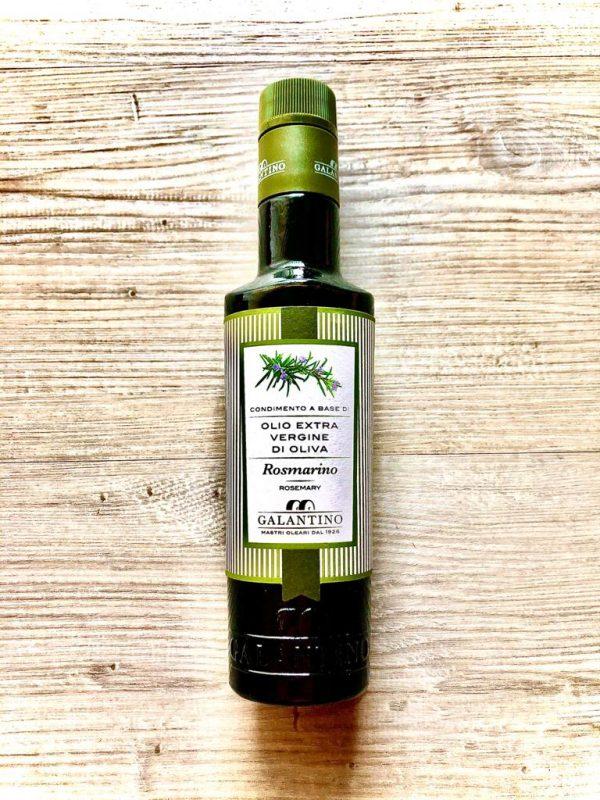 hochwertiges olivenöl verfeinert mit einer rosmarinnote